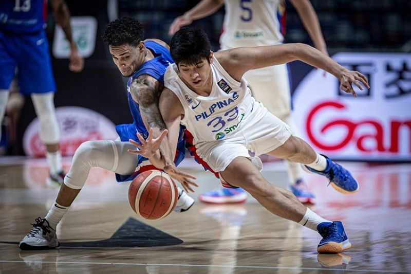 Cebuano Carl Tamayo tries to recover the loose ball in their game versus the Dominican Republic. (FIBA)