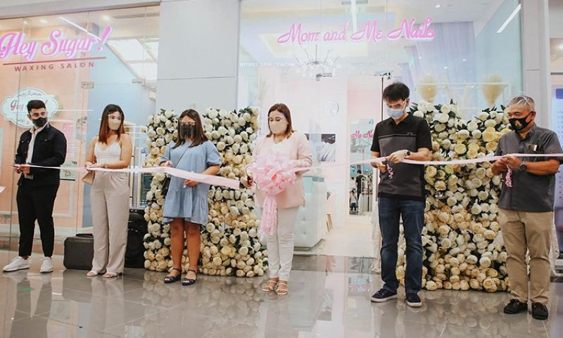 RIBBON CUTTING. The ribbon-cutting ceremonies of Mom and Me Nails at SM City Olongapo Central was graced by Rev. Fr. Roque Villanueva (right), Olongapo City Mayor Rolen Paulino (second from right), with the owner and franchisor Anly Rodriguez (middle) and guests. (Contributed photo)