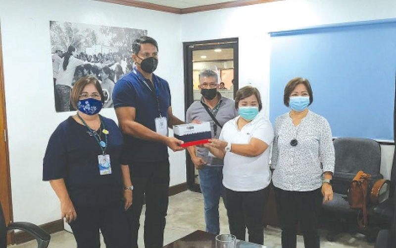 ■ ASF TESTING KITS: Si Ormoc City Mayor Richard Gomez (ikaduha gikan sa wala) nidawat sa ASF testing kits gikan sa Department of Agriculture (DA). / John Kevin D. Pilapil