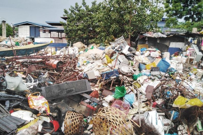 ALL THAT JUNK. Cebu City officials are set to investigate why this private property in Barangay Inayawan has been turned into a dumpsite for hospital waste. / Amper Campaña