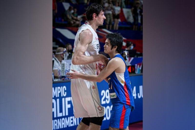 BACOLOD. Bacolod City-hailed Gilas Pilipinas playmaker SJ Belangel (27) guarding 7-foot-4 Serbian center Boban Marjanovic during their OQT game in Belgrade. (FIBA Photo)