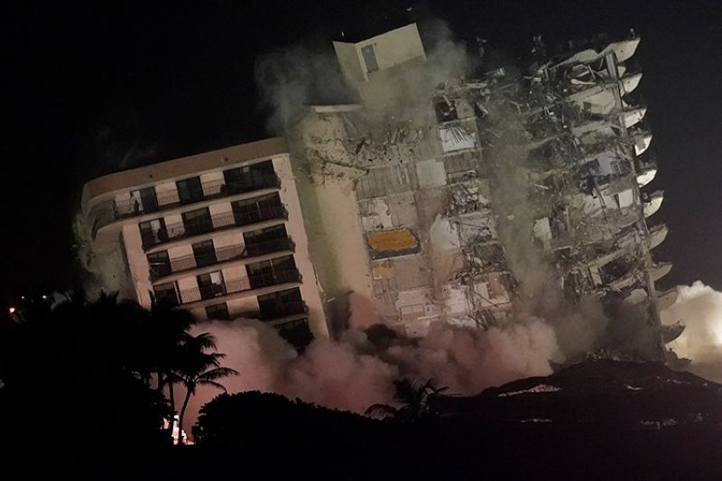 USA. The damaged remaining structure at the Champlain Towers South condo building collapses in a controlled demolition, Sunday, July 4, 2021, in Surfside, Florida. (AP)
