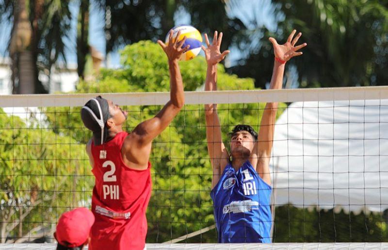 THE Philippines' Alexander Iraya tries to score against Iran-2's Amir Reza Zamani. (AVC)
