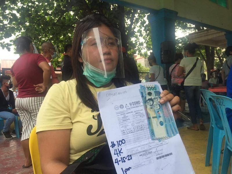 MANILA. In this file photo, a woman received P4,000 as cash assistance from government. (File)