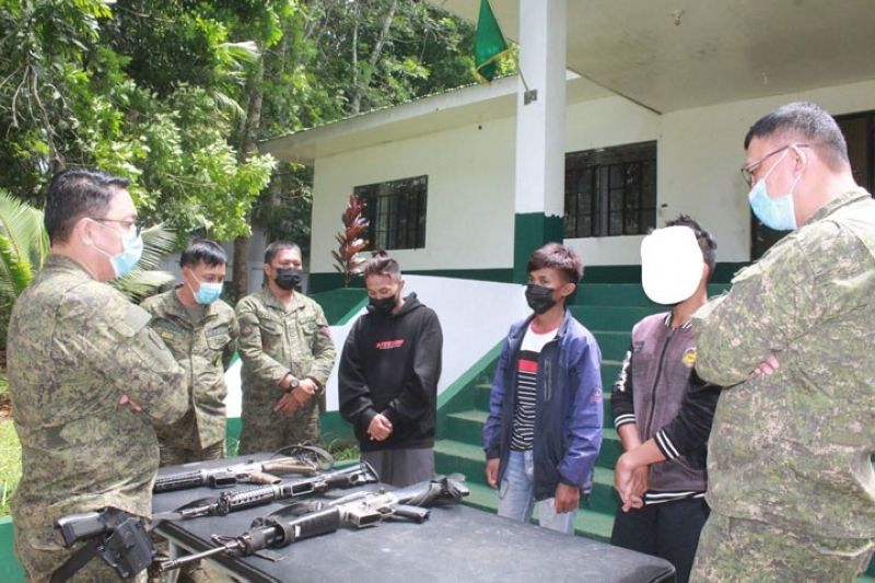 ZAMBOANGA. Three members of Dawlah Islamiyah-Maute Group, including a teenager, voluntarily surrender Monday, July 5, to the 51st Infantry Battalion (IB) in Dilausan village, Madalum, Lanao del Sur. A photo handout shows Brigadier General Jose Maria Cuerpo II, 103rd Infantry Brigade commander (left), and other officers, talk to the three surrenderers at the 51IB headquarters. (SunStar Zamboanga)