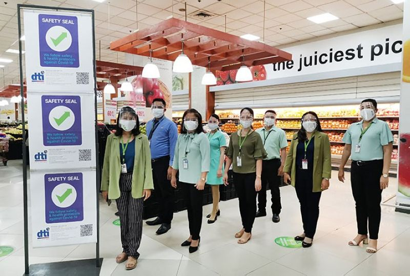 Photo shows (front row, from left): Metro Mandaue store manager Fidela Villamor; assistant store manager Antonia Luisa Estrada; Fresh section manager Panfila Estaño; supermarket managers Evangeline Manilong and Rowena Alipuyo; and staff.