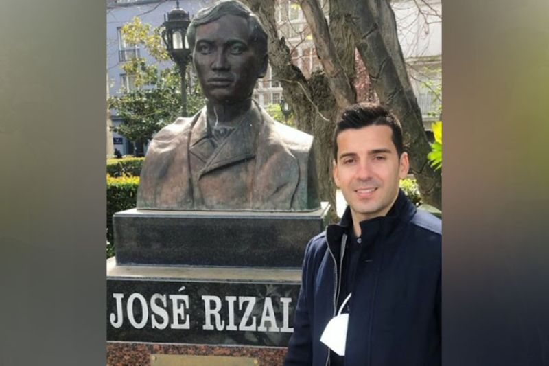 BACOLOD. Bienvenido Marañon visiting the bust sculpture of our national hero Dr. Jose Rizal in Cadiz, Spain. (Bienvenido Marañon Instagram Photo)