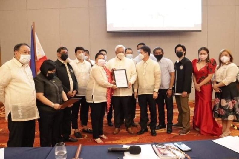 COMMENDATION. Vice Mayor Vicky Vega-Cabigting, together with the members of Angeles City Council, confers to Mayor Carmelo 'Pogi' Lazatin, Jr. and Chief Adviser IC Calaguas the resolutions commending their services for Angeleños amid the pandemic during the recently held 'Ulat sa Paglilingkod ng Sangguniang Panlungsod 2021.' (Angeles City Information Office)