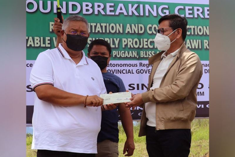 ZAMBOANGA. The Bangsamoro Autonomous Region in Muslim Mindanao (Barmm) kicks off Tuesday, July 6, the implementation of a P400 million water system project in Marawi City, Lanao del Sur. A photo handout shows Interior and Local Government minister Naguib Sinarimbo (right) handing over to Lanao del Sur Governor Mamintal Adiong the checks representing 50 percent of the project cost. (SunStar Zamboanga)