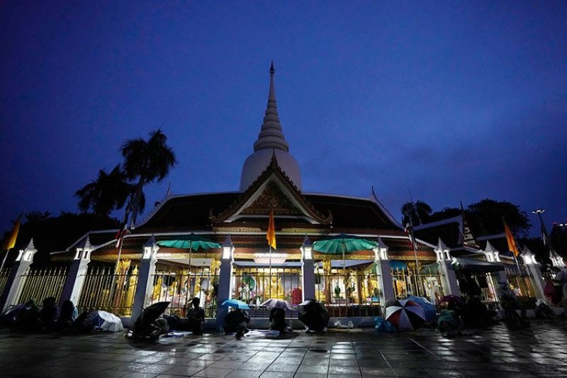 THAILAND. Locals wait in line overnight for free the coronavirus testing at Wat Phra Si Mahathat temple in Bangkok, Thailand, Friday, July 9, 2021. (AP)