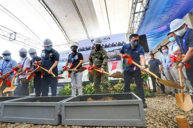 SOUTHPARK RESIDENCES. A groundbreaking ceremony for National Housing Authority's (NHA) P1.6 billion project in Sitio Candarong, Barangay Pulangbato, Cebu City was held on Friday, July 9, 2021 with Sen. Bong Go, Presidential Assistant for the Visayas Michael Dino, NHA General Manager Marcelino Escalada Jr., Cebu City committee on housing chairperson Councilor Raymond Alvin Garcia, AFP Central Command chief Lt. Gen. Roberto Ancan and Central Visayas Police Regional Office chief PBrigGen. Ronnie Montejo. (Amper Campaña)