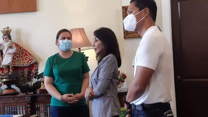 """MEETING. Davao City Mayor Sara Duterte-Carpio (in green shirt) meets with Cebu Gov. Gwendolyn Garcia and Rep. Vincent Franco Frasco (Cebu, 5th District) at the Capitol in Cebu City on Friday, July 9, 2021. On the same day, Sen. Christopher Lawrence """"Bong"""" Go (not in picture) attended the groundbreaking of a housing project in Barangay Pulangbato, Cebu City. Carpio did not say she would run for the presidency, but she said she is open to run for any national position, while Go insisted that he would not run in the presidential elections in 2022. (Photo by Arvie Veloso)"""