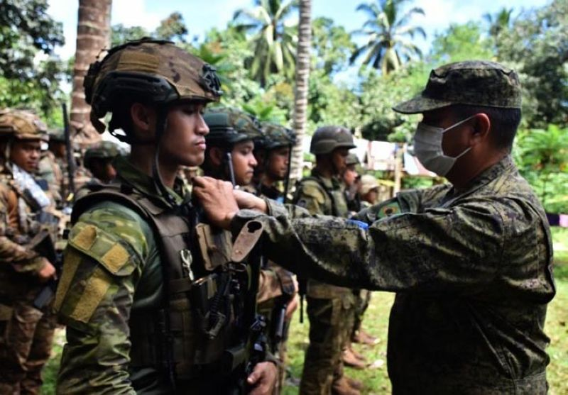 ZAMBOANGA. The 1101st Infantry Brigade awards medals to 193 troops of the 5th Scout Ranger Battalion for gallantry in action in the campaign against the Abu Sayyaf bandits in the province of Sulu. A photo handout shows Brigadier General Antonio Bautista, Jr., 1101st Infantry Brigade commander (right), pinning a medal to one of the awardee soldiers in a ceremony at a military camp in Sulu. (SunStar Zamboanga)