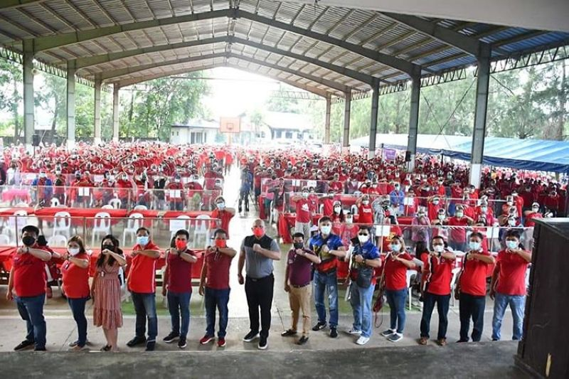 CASH GRANTS. Patrol Partylist Representative Jorge Bustos, Mayor Rene Maglanque, Vice Mayor Michael Sagum and other officials led the distribution of cash grant to some 2,000 Candabeños. (Contributed photo)