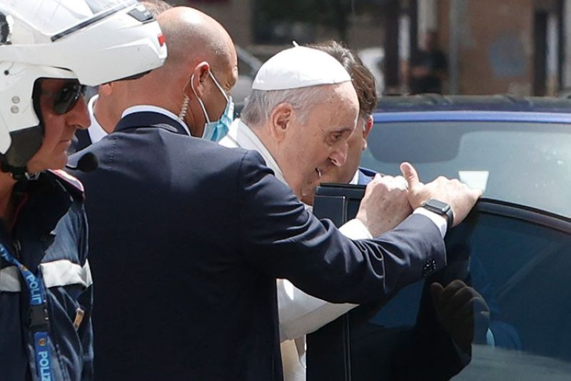 VATICAN. Pope Francis stops to greet police that escorted him as he arrives at the Vatican after leaving the hospital on his Ford, 10 days after undergoing planned surgery to remove half his colon Wednesday, July 14, 2021. (AP)