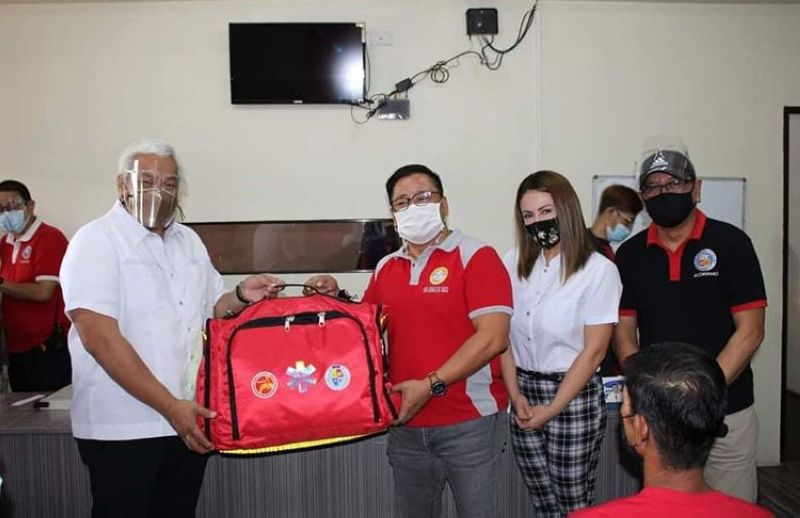 EMERGENCY BAGS. Mayor Carmelo Lazatin Jr. leads the distribution of Emergency Medical Service (EMS) trauma bags in the 33 barangays with Angeles City Disaster Risk Reduction and Management Officer-in-Charge Rodolfo Simeon and personnel and City Councilors Marino Bañola and JC Aguas. (Angeles city Information Office)