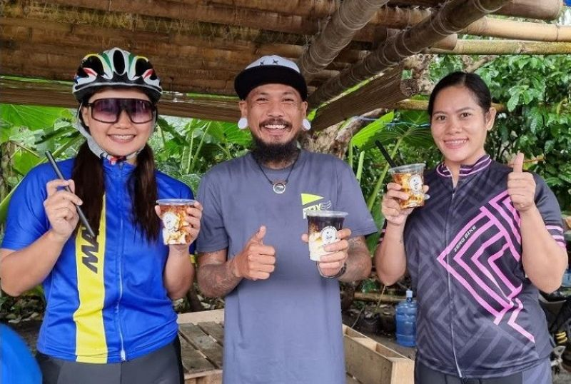 BACOLOD. Kokoi Baldo with his Taho patrons Johna and Michelle. (Contributed photo)