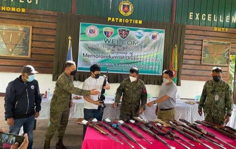 ZAMBOANGA. Officials of the municipality of Ungkaya Pukan, Basilan province turn over 15 loose firearms to military authorities as they express support to the implementation of the government's Small Arms and Light Weapons program. A photo handout shows Basilan Governor Hadjiman Hataman-Salliman (2nd from right) together with top military officials inspecting the surrendered unlicensed guns. (SunStar Zamboanga)