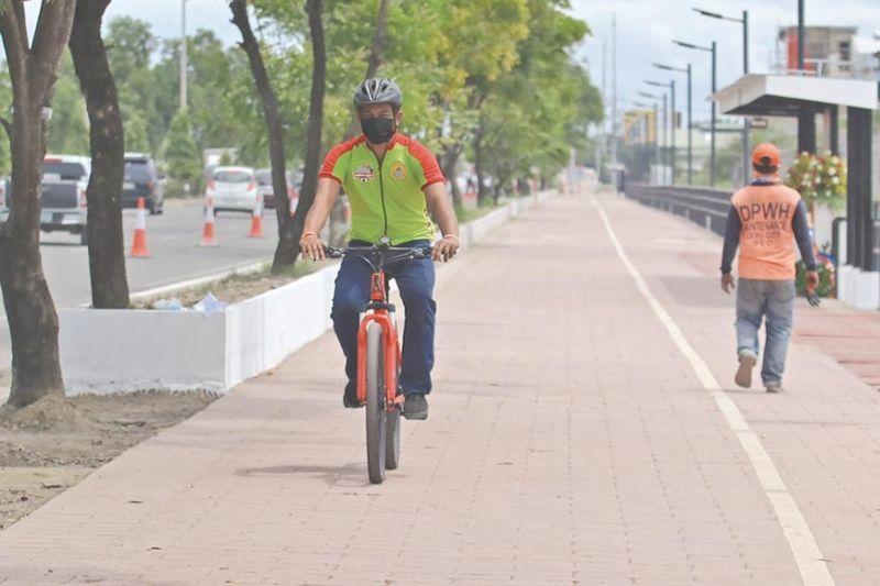 PARA BISEKLITA: Mao kini ang 2.3 kilometro nga dedicated bike lane nga naglagbas kilid sa Cebu South Coastal Road gikan sa utlanan sa Dakbayan sa Talisay ug Dakbayan sa Sugbo hangtod sa viaduct sa South Road Properties (SRP). Ang proyekto nga alang lang sa mga biseklita giinagurahan mismo ni Department of Public Works and Highways (DPWH) Secretary Mark Villar. (ALAN TANGCAWAN)