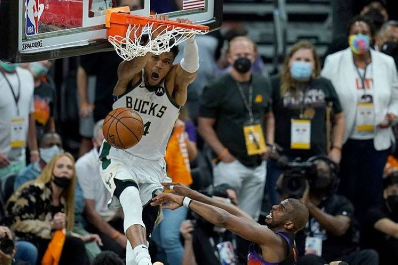 USA. Milwaukee Bucks forward Giannis Antetokounmpo, top, dunks over Phoenix Suns guard Chris Paul during the second half of Game 5 of basketball's NBA Finals, Saturday, July 17, 2021, in Phoenix. (AP Photo)