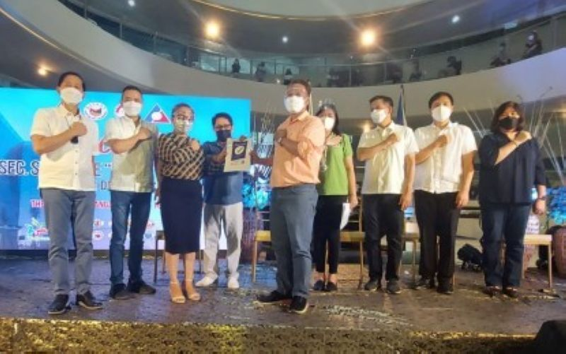 SAFETY SEAL. Labor Secretary Silvestre Bello III (4th from left) leads local officials in the awarding of safety seals to eight Freeport Area of Bataan locators in Mariveles, Bataan on July 16, 2021. Bello also led the awarding of DOLE livelihood programs and financial assistance to children of overseas Filipino workers. (Freeport Area of Bataan)