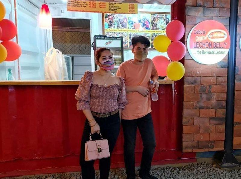 BONELESS SA WERPA: Ang tag-iya sa Cebu's Original Lechon Belly nga si Gladys Gochan ug ang iyang 15-anyos nga anak nisuroy sa Werpa Food Park. / TAMPO