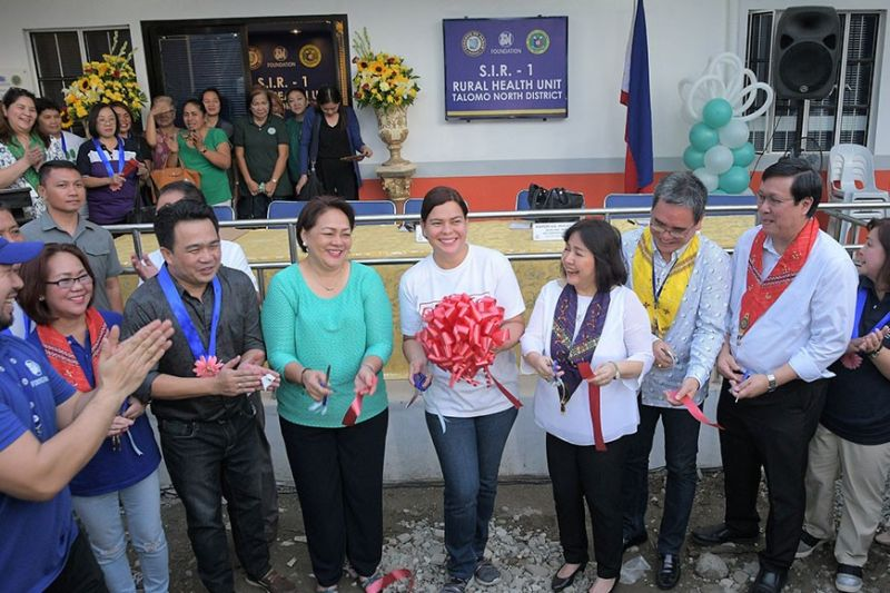 DAVAO. Davao City Mayor Sara Duterte (center) is joined by former Davao City Vice Mayor Bernie Al-Ag, Davao City Health Officer Dr. Josephine Villafuerte, SMFI's Connie Angeles, SM Foundation Trustee Chito Macapagal during the opening of the newly-renovated Rural Health Station in Talomo North District. (Photo taken before pandemic)
