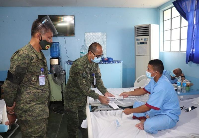 ZAMBOANGA. Davao Occidental Governor Claude Bautista sends cash gifts to the soldiers who survive in the July 4 C-30 plane crash in Patikul, Sulu and are recuperating in different hospitals. A photo handout shows MSgt. Raniel Gonzales, Western Mindanao Command (Westmincom) assistant sergeant major, hands over on July 19 the cash gift to one of the survivors while Chief MSgt. Feliciano Lazo, Westmincom sergeant major (left), looks on. (SunStar Zamboanga)