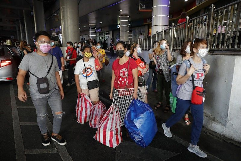 MANILA. In this photo taken in May 2021, commuters wearing face masks to help prevent the spread of the coronavirus wait for rides in Quezon City. (File)