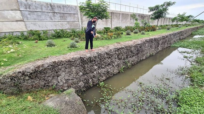 PAMPANGA. Real Steel Corporation General Manager Melodie Arrellano shows the newly constructed anti-flood structure that is expected to prevent flooding along a portion of the Quezon road and surrounding communities in San Simon, Pampanga. (Chris Navarro)