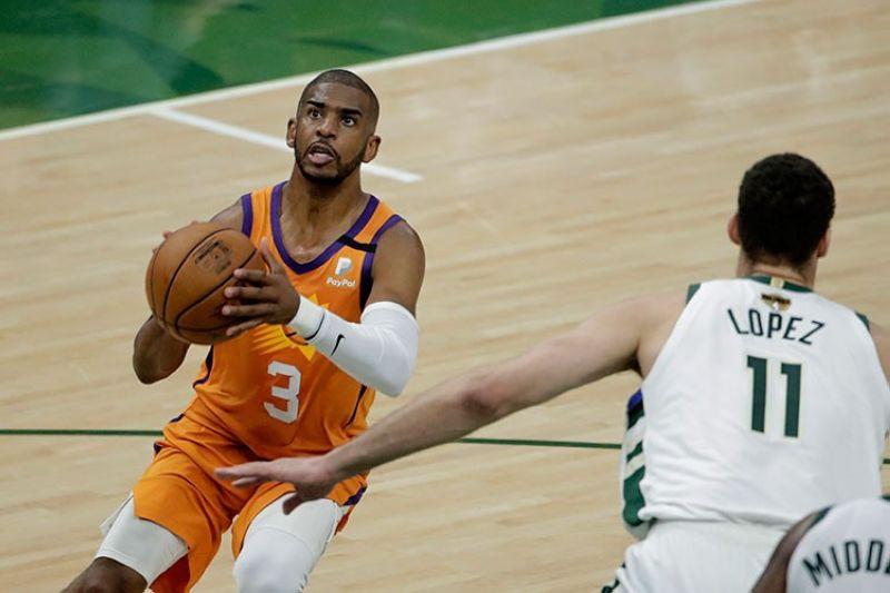 PAKYAS. Gihulagway sa lider sa Phoenix Suns nga si All-Star Chris Paul ang ilang kapakyasan sa NBA Finals batok sa Milwaukee Bucks nga usa ka sakit nga molanat og dugay. (AP)