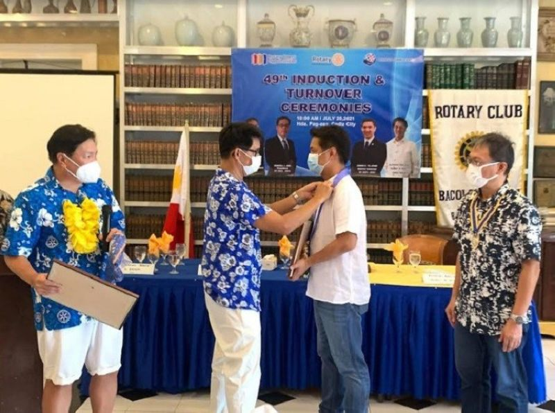 BACOLOD. Albee Benitez (3rd from left) is being conferred the honorary membership pin by President Kendall Ang in the presence of Past District Governor Biboy Jocson (left) and outgoing president, Romy Lopez (right). (Contributed photo)