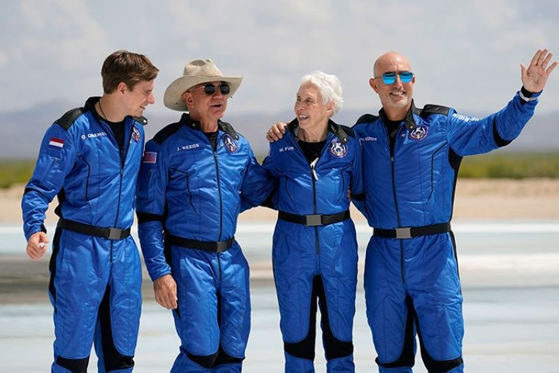 USA. (From left) Oliver Daemen; Jeff Bezos, founder of Amazon and space tourism company Blue Origin; Wally Funk; and Bezos' brother Mark pose for photos in front of the Blue Origin New Shepard rocket, derby, after their launch from the spaceport near Van Horn, Texas, Tuesday, July 20, 2021. (AP)