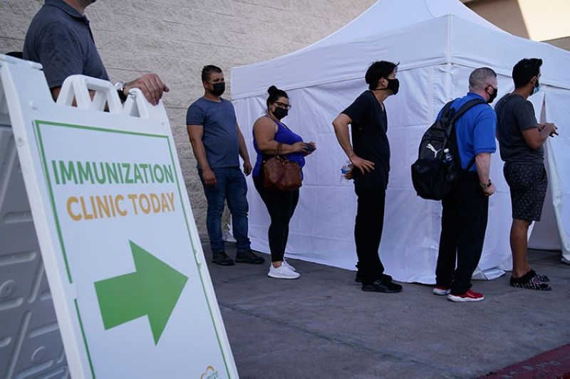 USA. In this July 7, 2021 file photo, people wait in line for Covid-19 vaccinations at an event at La Bonita market, a Hispanic grocery store, in Las Vegas. (AP)