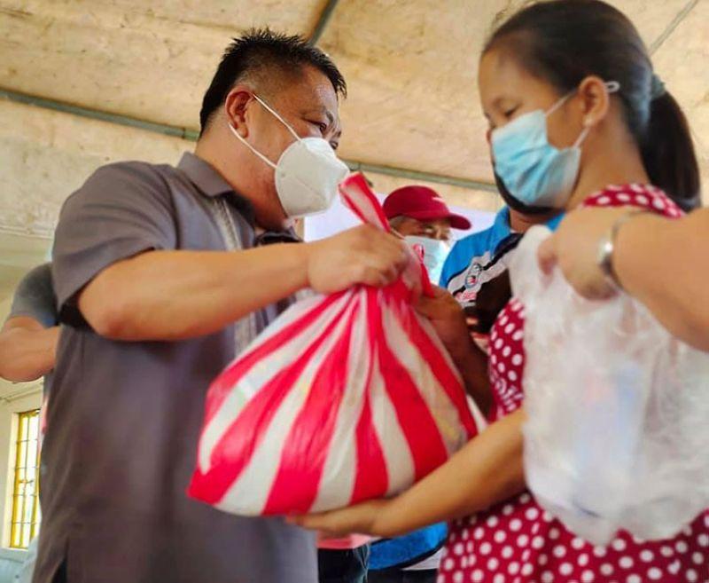 SAUP. A Saup Pamilya beneficiary receives goods from Mayor Diman Datu. (Ian Ocampo Flora)