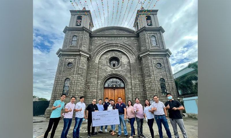 DONATION. Mayor Oscar Tetangco Jr., Vice Mayor Peter Nucom and Municipal Council members turn over a P1-million donation to Rev. Msgr. Antonio Bustos for the restoration of St. Peter's Parish Church in Apalit town. (Contributed photo)