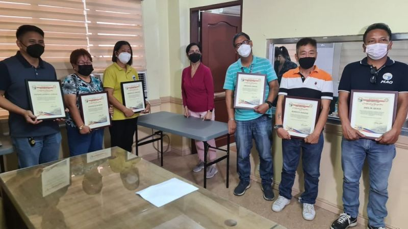 PAMPANGA. San Simon Acting Mayor Leonora C. Wong awarded Certificates of Recogniton to six outstanding employees of the Municipal Government during the recent ceremony at the Mayor's Office. (Chris Navarro)