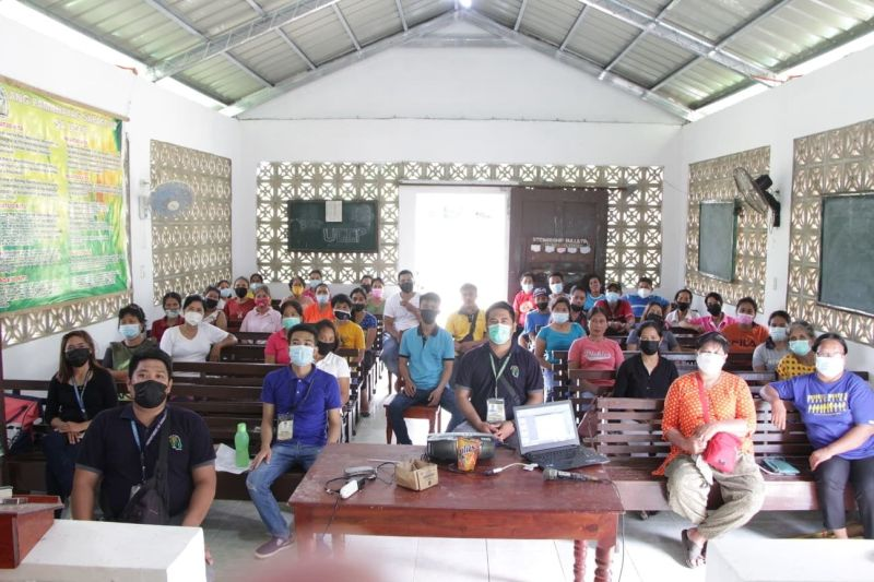 ZAMBOANGA. An official of the Special Agricultural Area for Development encourages the members of the Concepcion Pangkabuhayan Association in Kalawit, Zamboanga del Norte to work together for a successful livelihood undertaking. A photo handout shows the members of the association undergo a technical training on Layer Chicken Raising on Thursday, July 22. (SunStar Zamboanga)