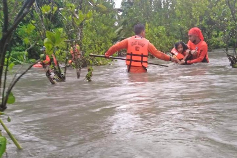 ORIENTAL MINDORO. Philippine Coast Guard personnel rescue residents trapped by massive floods in Naujan, Oriental Mindoro on July 23, 2021. (Philippine Coast Guard)