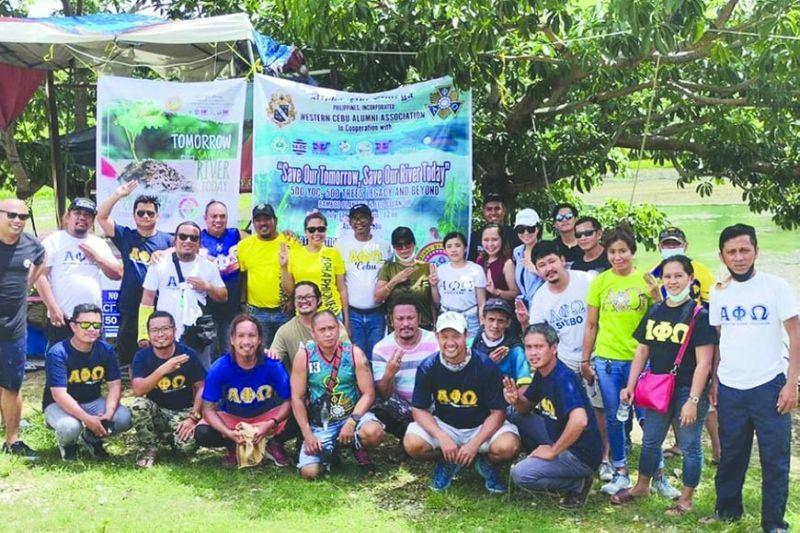 SAKOP SA APO: Ang mga sakop sa Alpha Phi Omega (APO) Western Cebu human sa tree planting niadtong Hulyo 17 sa Asturias, Sugbo. / Tampo