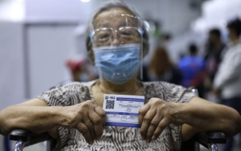 PROTECTED. A senior citizen from Pasig City shows her vaccination card after getting inoculated with the single-shot Janssen vaccine. Persons who use fake vaccination cards face charges of falsification of documents, the Baguio City government warned. (PNA photo by Joey Razon)