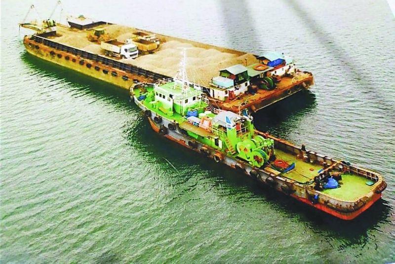 BARGE: Ang barge ngsa puno sa bas ug graba nga gitanggong human nasakpan sa awtoridad nga naghimo sa illegal nga operasyon. / John Kevin D. Pilapil