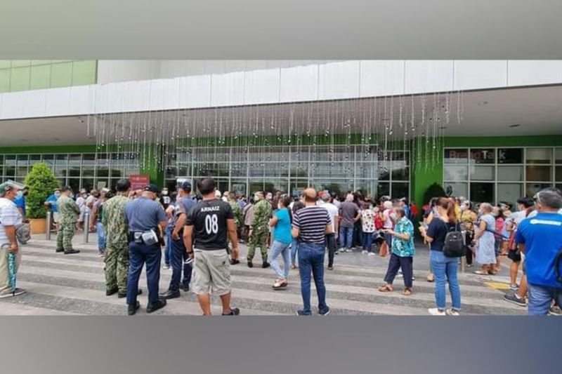 LONG QUEUE. Some Bacolodnons express their disappointment Monday, July 26, 2021, for alleged unorganized vaccination centers in SM City Bacolod and Ayala Malls Capitol Central. (Carla Canet)
