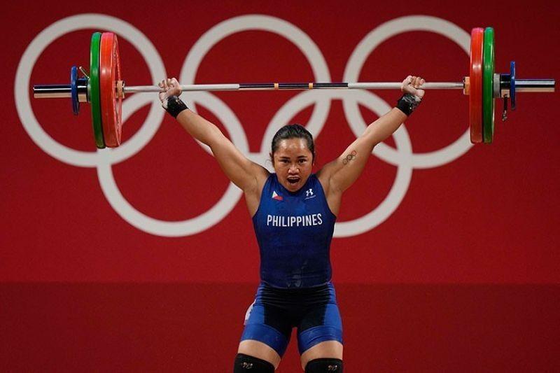 Ning aktoha, si Hidilyn Diaz nga mi perform aron pagsakmit sa unang Gold Medal sa Pilipinas sa Olympics. (AP photo)