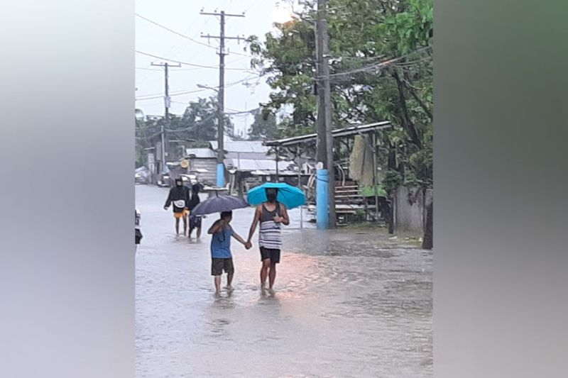 STILL FLOODED. Residents of Macabebe town still are still experiencing flooding despite the improvement of weather condition. (Princess Clea Arcellaz)