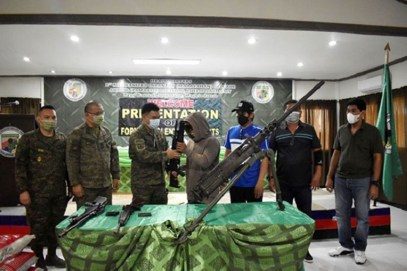 ZAMBOANGA. Four members of the Bangsamoro Islamic Freedom Fighters (BIFF)-Bungos faction surrender Tuesday, July 27, due to the relentless military operation against them in Maguindanao. A photo handout shows one of the four surrenderers handing over a high-powered firearm to Colonel Pedro Balisi, Jr., Mechanized Infantry Brigade commander, at his headquarters in Kamasi village, Ampatuan, Maguindanao. (SunStar Zamboanga)