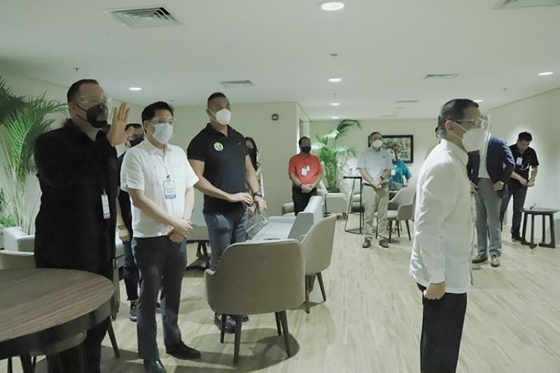 OFW LOUNGE. Health Secretary Francisco Duque III (standing, right) and several Metro Manila mayors visited recently the OFW lounge at the newly completed terminal building of the Clark International Airport. (BCDA)