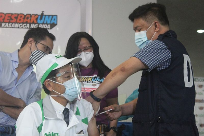 JAB. Health Undersecretary Roger Tong-an administers the Covid-19 vaccine to Nidec President Kiyoshi Sato during the Ceremonial Vaccination for A4 Workers of Subic Bay Freeport Zone. (PIA-Central Luzon)