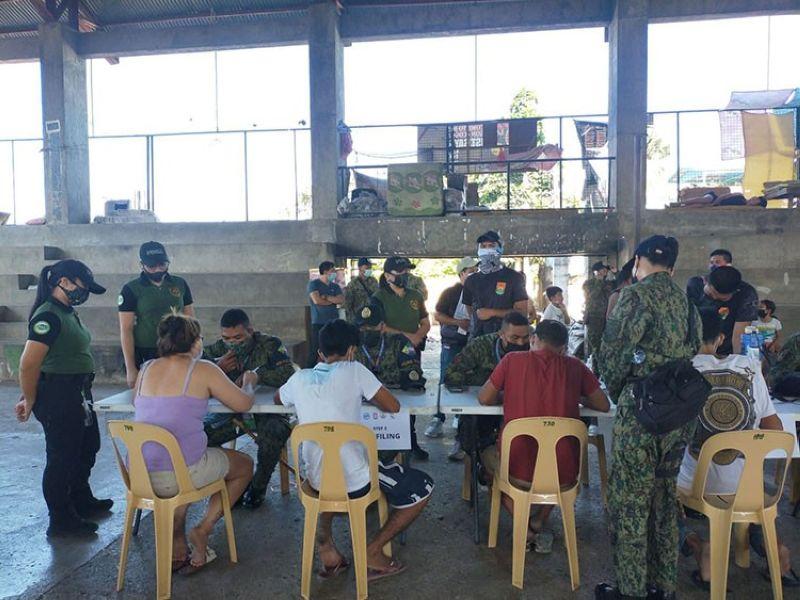 GIPROSESO. Ang mga drug surrenderer giproseso alang sa programa sa rehabilitasyon sa gym sa Barangay Calamba, dakbayan sa Sugbo kagahapon, Hulyo 29. (Arnold Y. Bustamante)