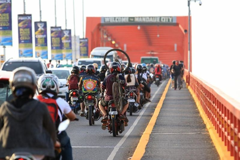 PRE-MECQ RUSH. Motorists jam the Mactan-Mandaue Bridge on Saturday, July 31, 2021, a day before the whole of Cebu returns to modified enhanced community quarantine status to slow down the spread of coronavirus disease 2019. Authorities in local government units in the metro have said they wil not require people entering their jurisdictions to present quarantine passes. Instead, they will ensure the public comply with health protocols. (ALAN TANGCAWAN)